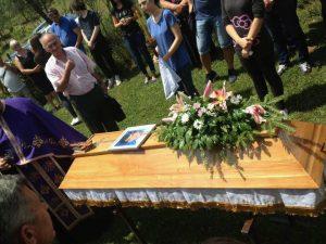 """Posmrtni ostaci pripadnika Vojske Republike Srpske Milanka Lazarevića, koga su 1995. godine ubili pripadnici odreda """"El mudžahedin"""" u kampu mudžahedina u Gostovićima kod Zavidovića, sahranjeni su danas u Cerovici kod Stanara."""
