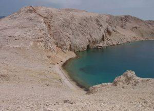 Кости брутално побијених прекривене шљунком и песком у ували на Пагу