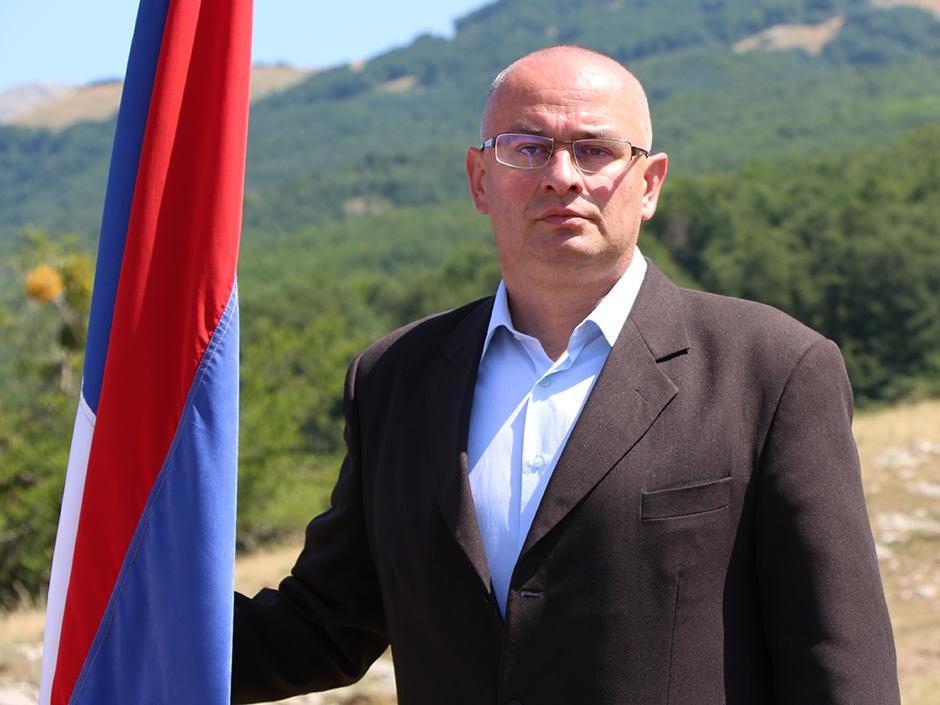 Vojin Gušić sa srpskom trobojkom na Krekovima iznad Nevesinja – FOTO: SLOBODNA HERCEGOVINA