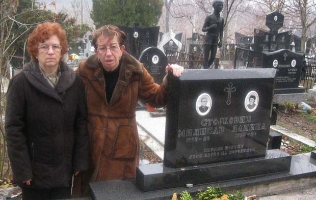 Živadinka i Nica pored Milisavljevog spomenika Foto iz porodičnog albuma