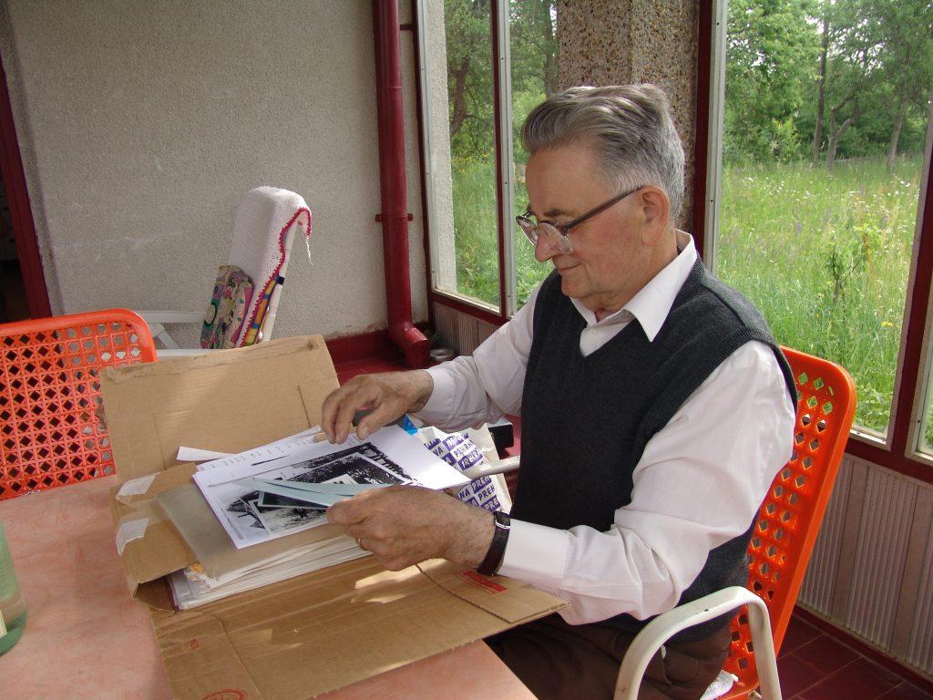 Dr Đuro Zatezalo u Donjim Dubravama 2006. sa gotovim materijalom za dvotomnu studiju Jadovno.