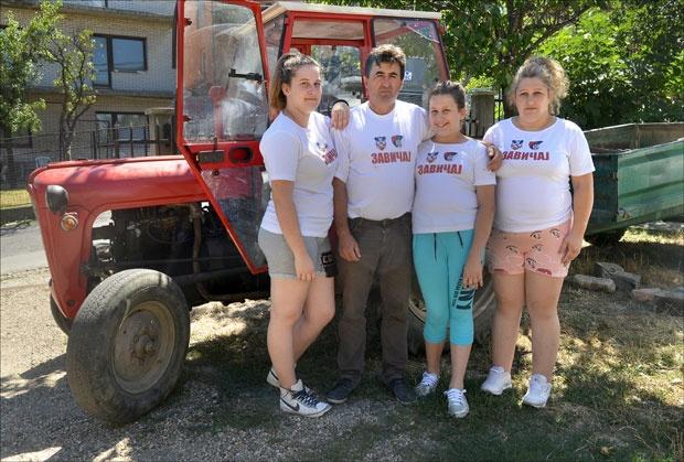 Nenad Abramović sa porodicom u Velikom Mokrom Lugu / Foto: Vojislav Danilov