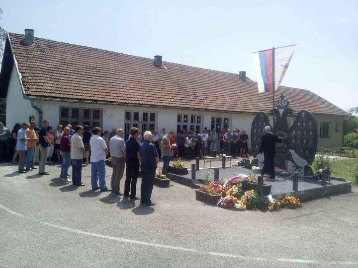 U Ostružnji Donjoj u opštini Stanari danas je kod spomen-obilježja služen parastos i položeno cvijeće za 28 boraca koji su poginuli u odbrambeno-otadžbinskom ratu.