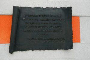 Spomen ploča na crkvi u Velikoj Kladuši
