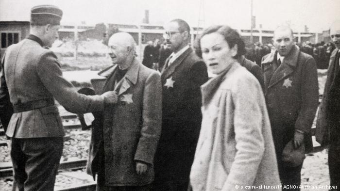 Foto: Deutschland Judenstern Rampe KZ Auschwitz (picture-alliance/IMAGNO/Austrian Archives). Ursula Haverbek ...