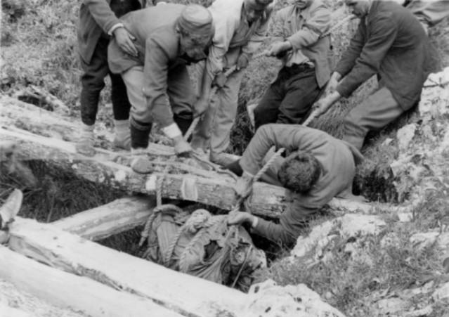 Вађење лешева комунистичких жртава из јаме Велета у селу код Даниловграда (зима 1942/43)