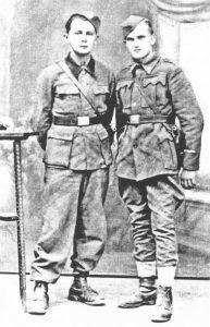 Petković (lijevo) u partizanima 1945. Godine