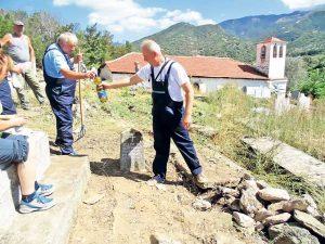 """Čišćenje groblja u selu Skočivir (Foto Udruženja """"Kosta Pećanac"""")"""