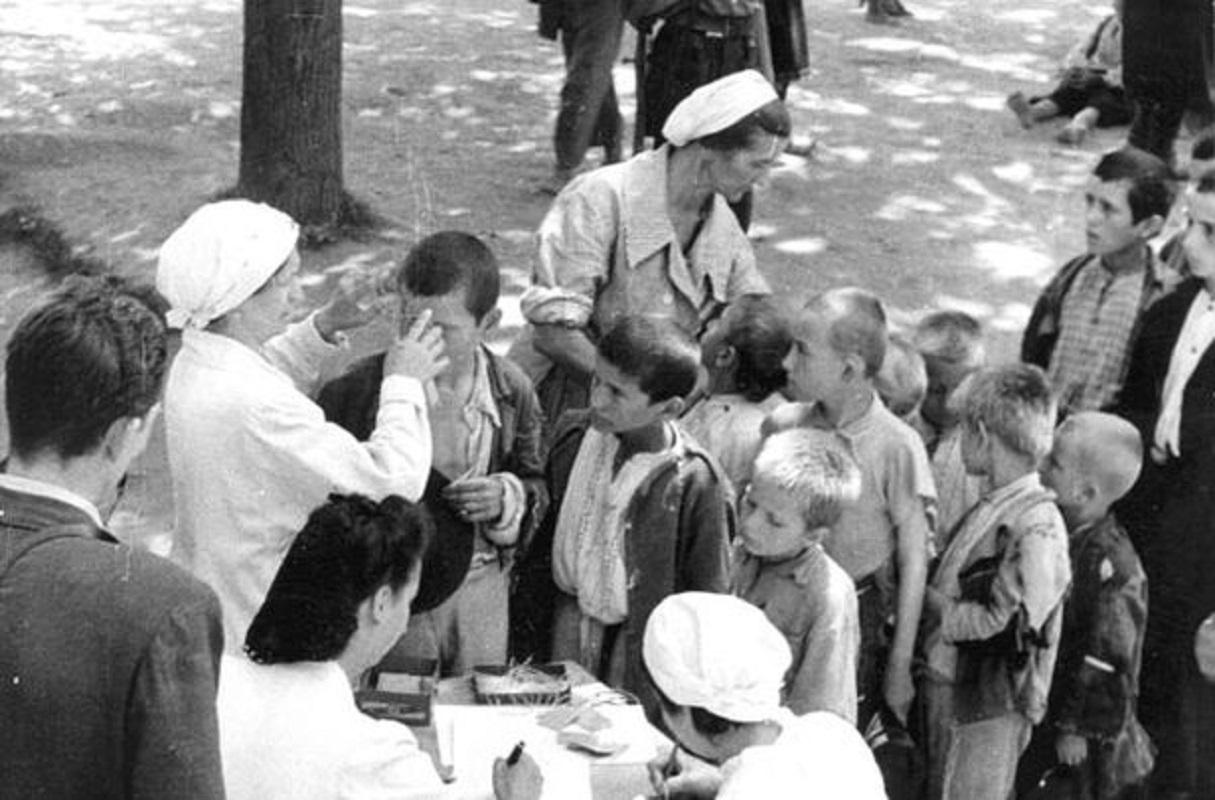 Diana Budisavljević i sestre Crvenog krsta popisuju djecu prije transporta za Zagreb, logor Stara Gradiška, 10. jula 1942. Foto: JUSP Jasenovac/Crol.hr
