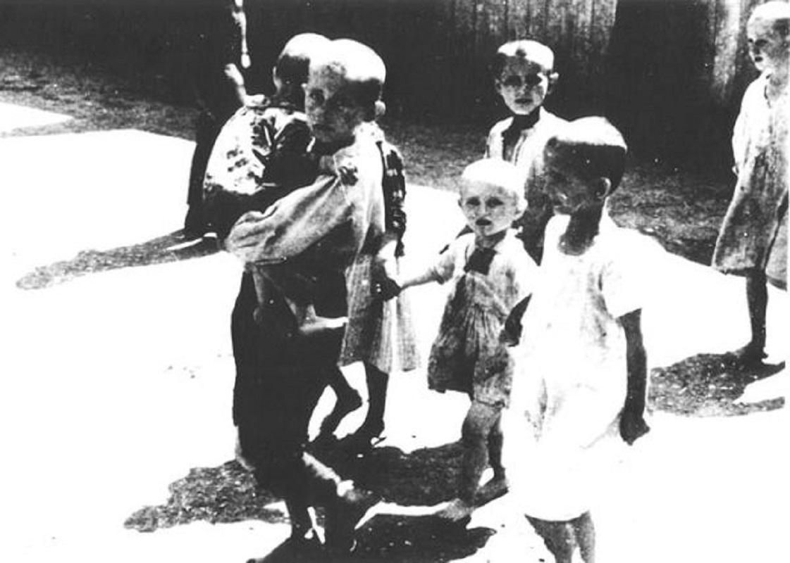 Djeca spašena iz logora na zagrebačkoj stanici, Zagreb, 1942. Foto: JUSP Jasenovac/Crol.hr