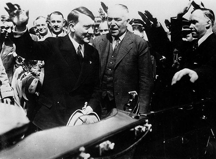 Nacistički kancelar Adolf Hitler i Konstantin fon Nojrah, nemački šef diplomatije u Minhenu, posle povratka sa razgovora sa Musolinijem, 25. juna 1934.