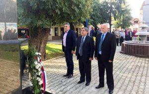 Dan odbrane zapadnih granica Republike Srpske u odbrambeno-otadžbinskom ratu u Kostajnici obilježen je danas polaganjem vijenaca na spomen-obilježja u gradskom parku.