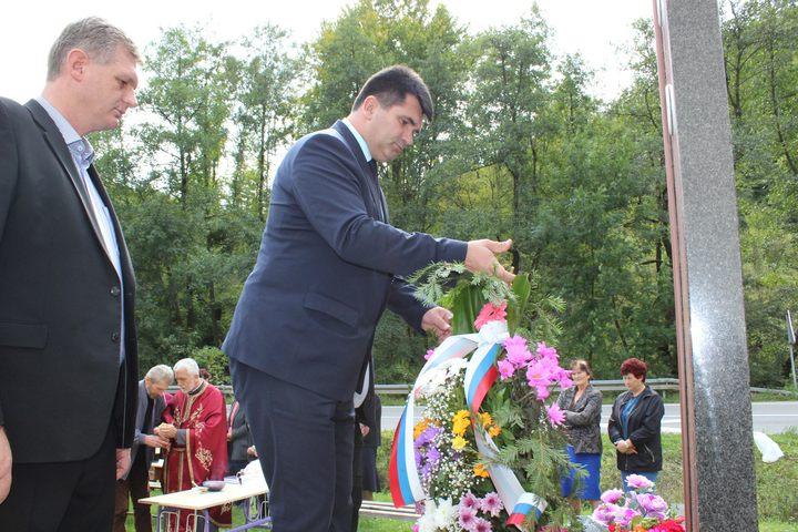 Načelnik opštine Lopare Rado Savić položio vijenac na spomen-obilježje borcima Vojske Republike Srpske iz Podgore kod Lopara na kojem su upisana 22 imena.