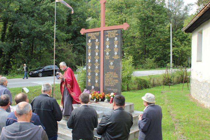 За борце Војске Републике Српске из Подгоре код Лопара данас је служен парастос испред спомен-обиљежја на којем су уписана 22 имена.