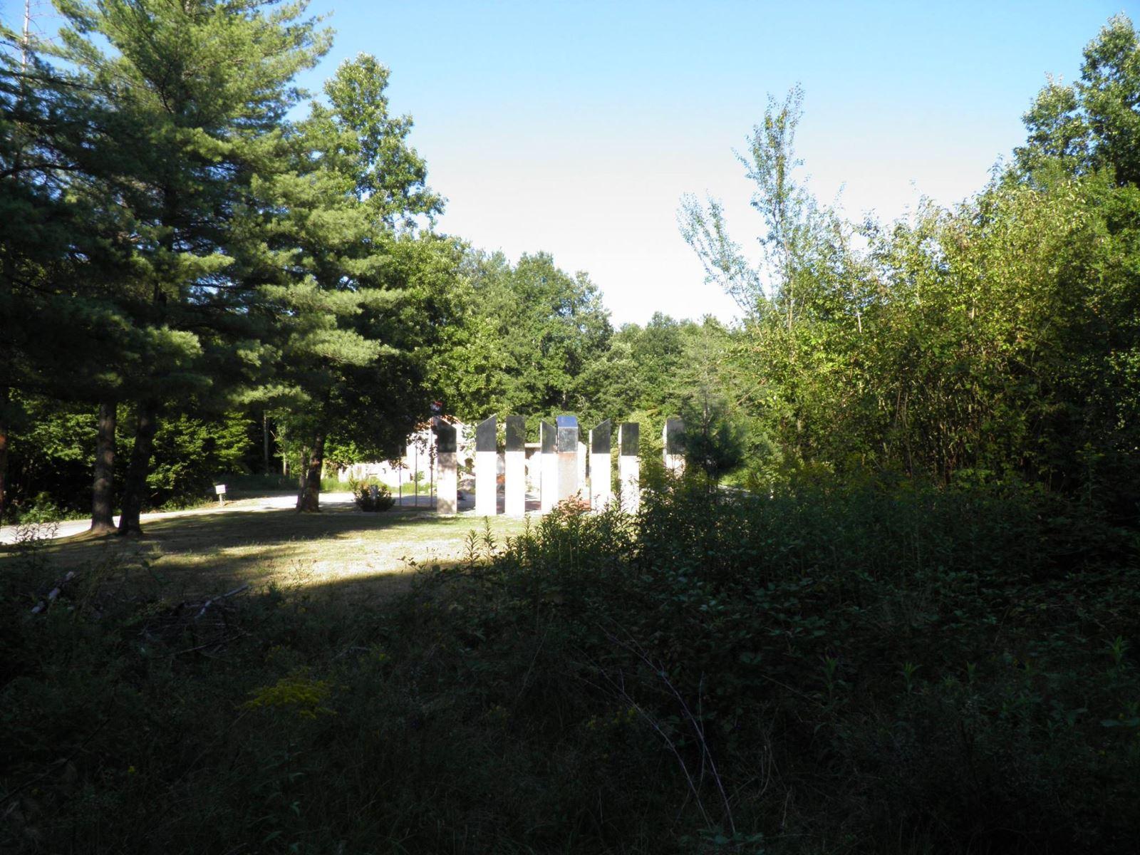 Pogled na spomenik poginulim braniteljima s lokacije miniranog spomenika i kosturnice palim borcima.