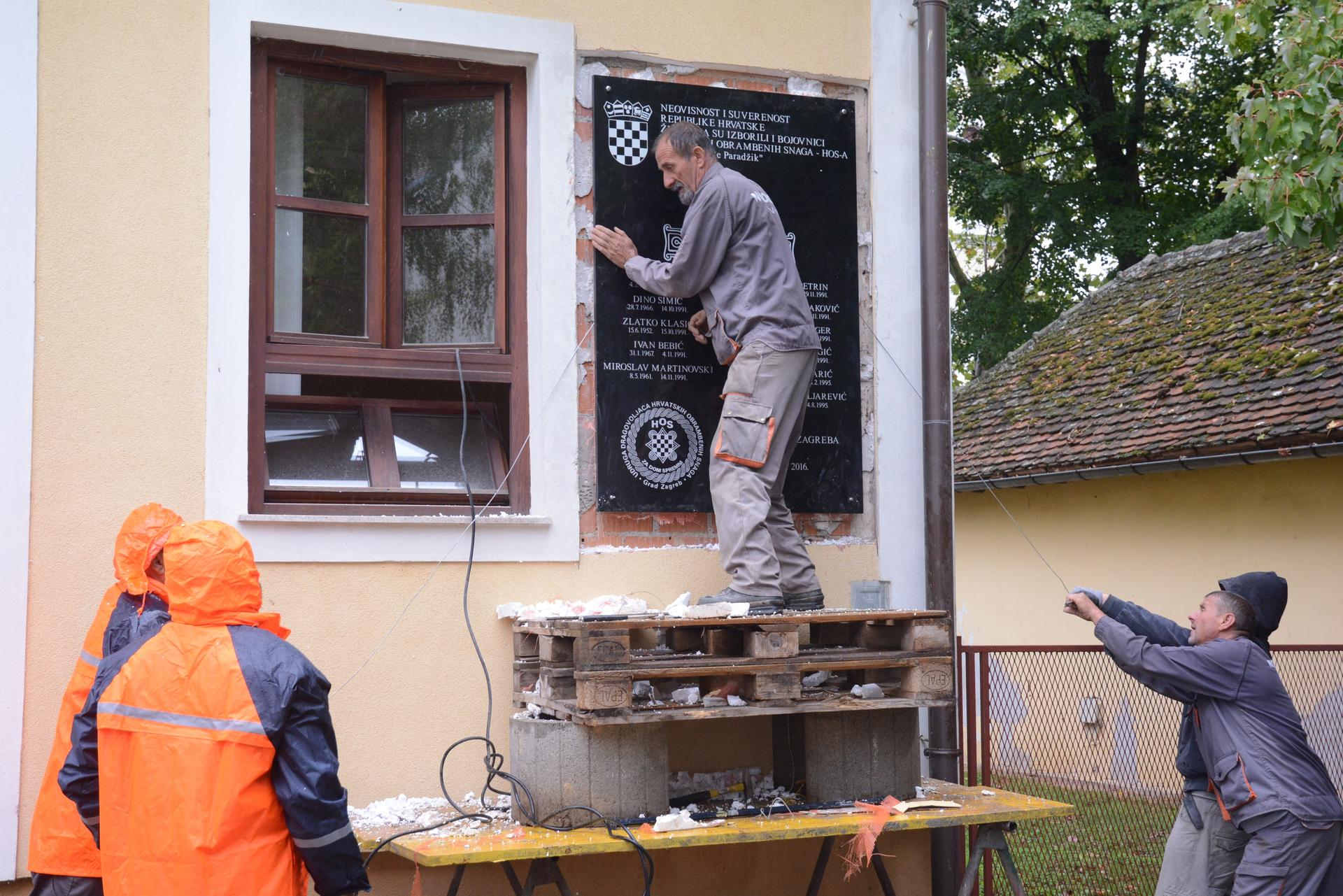 Foto: Nikolina Čutuk/PIXSLL Skinuli su HOS-ovu ploču u Jasenovcu