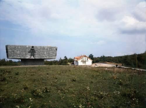 Pogled na Spomenik s južne strane. Vidljiv je hotel koji je u ratu devastiran, kao i lokacija novog spomenika braniteljima.