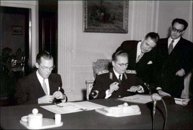 Potpisivanje ugovora o američkoj vojnoj pomoći oktobra 1951. u Beogradu