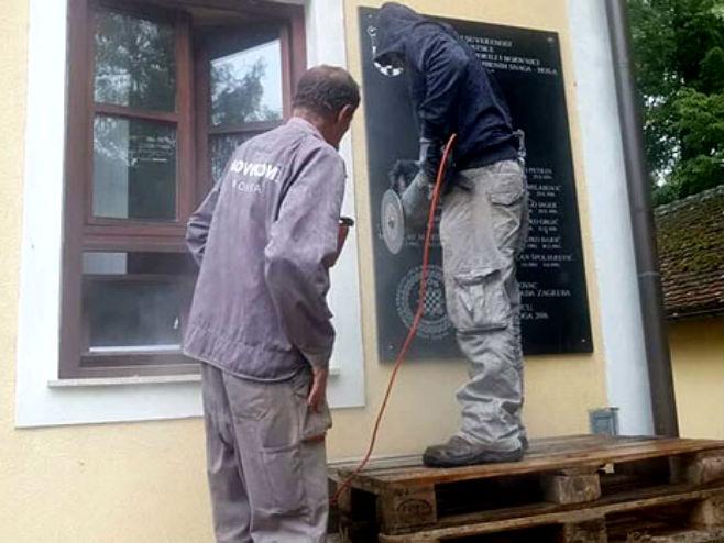 Uklanjanje ploče u Jasenovcu (Foto: Twitter)