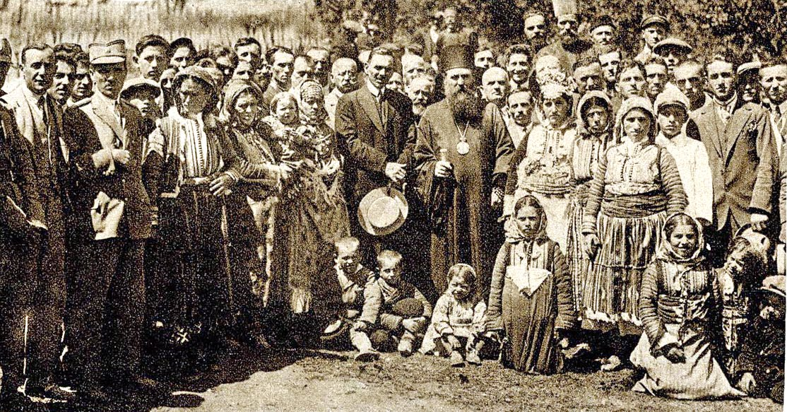 Митрополит Варнава са верним народом у селу Нићифорово у Македонији, освећења храма на дан светог Пантелејмона 1928.