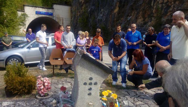 """Polaganjem cvijeća na Spomen-obilježju kod tunela """"Brodari"""" na granici između Višegrada i Rudog, danas je obilježeno 25 godina od stradanja sedam boraca Vojske Republike Srpske /VRS/ i dvije medicinske radnice u ovom tunelu."""