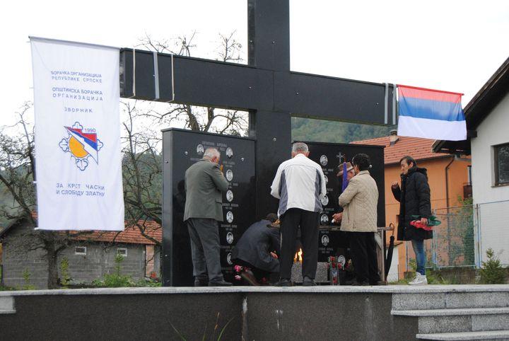 U znak sjećanja na 25 poginulih boraca Vojske Republike Srpske iz Čelopeka kod Zvornika danas je kod spomenika u ovom mjestu služen parastos i prislužene svijeće.