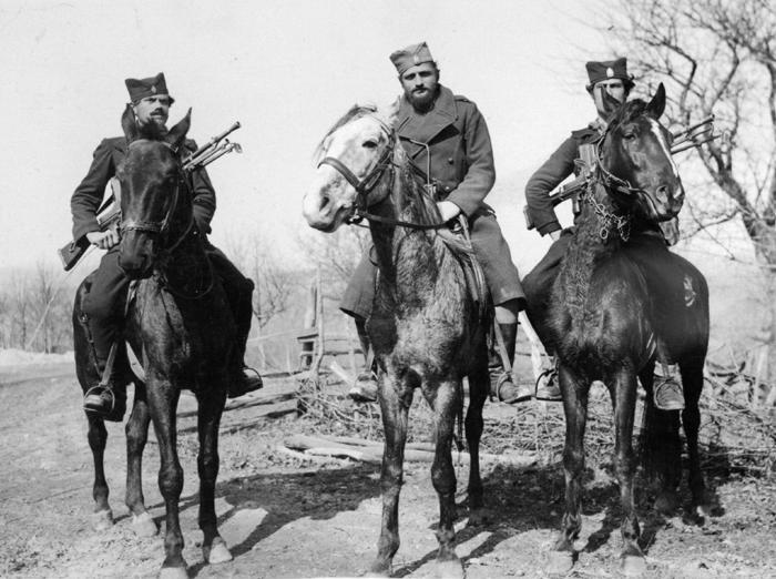 Negde u Šumadiji, 1942. godine. Poručnik Zvonko Vučković, sa pratiocima Đurđem Vasilijevićem iz Branetića (levo) i Radišom Petrovićem iz Levaje. Đurđe i Radiša su posle rata izvršili samoubistvo, u bunkeru u Ljevaji, kada su bili opkoljeni