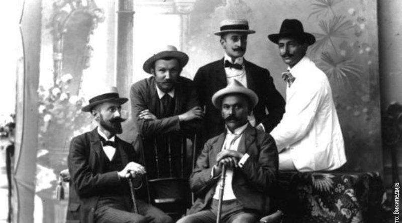 Алекса Шантић (у белом оделу) са пријатељима из часописа Срђ. Први с лева је Антун Фабрис