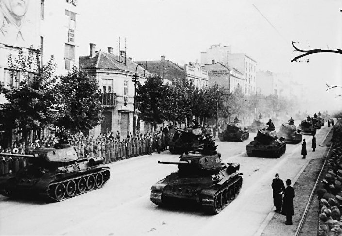 Beograđani pozdravljaju defile tenkova T34 u Bulevaru kralja Aleksandra godinu dana posle oslobođenja grada od fašizma. © FOTO: HTTP://WARALBUM.RU