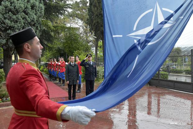 Ministar odbrane Crne Gore Predrag Bošković ispred zastave NATO / Foto Tanjug