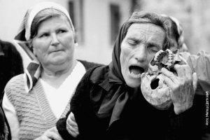 Dobrina Prodanović oplakuje sina, Fakovići 1993.