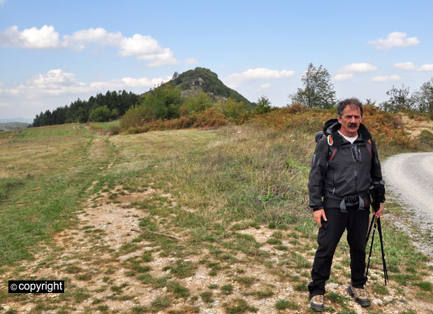 Dragan Pavlović na polju ispred Petrine stene
