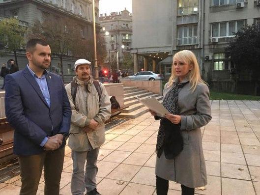 Izlaganje Dragane Trifković ispred beogradskog spomenika svetom caru Nikolaju Drugom