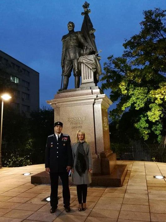 Dragana Trifković ispred spomenika svetom caru Nikolaju Drugom