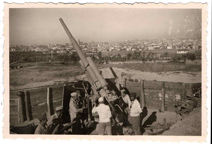 Nemački FLAK 88 na zvezdarskom brdu, protivavionski topovi bili su raspoređeni na svim višim tačkama Beograda. © FOTO: PRIVATNA ARHIVA - SINIŠA ZIDAREVIĆ