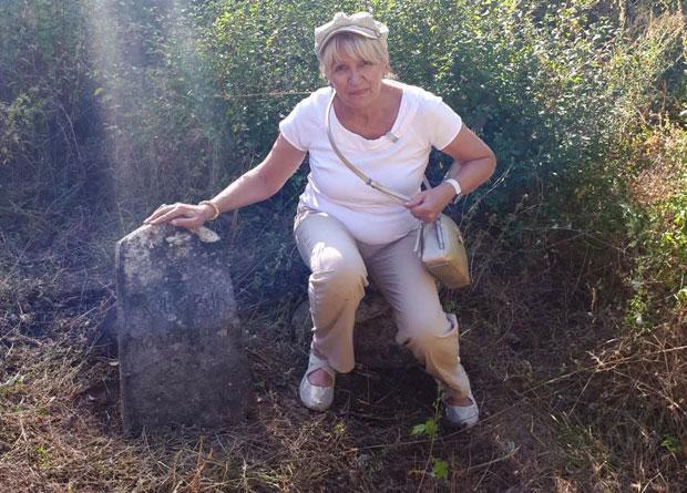 Miroslava kraj spomenika svog dede Đure Kaćurića