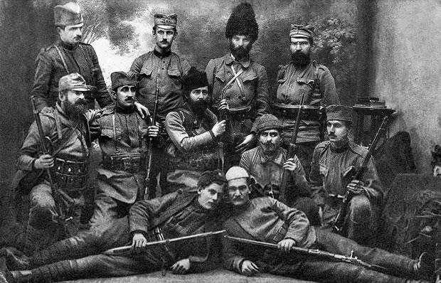 Mustafa Golubić (drugi sleva u srednjem redu) sa dobrovoljcima vojvode Tankosića