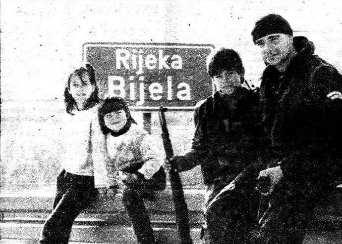 12godišnji Mimo Mlinar sa sestricama na odbrani mosta kod svog sela, Bijela rijeka , Karinsko more, Dalmacija 1993.