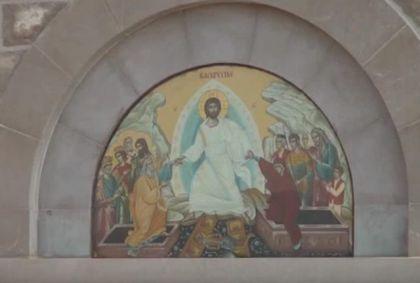 Freska na ulazu u Hram Hristovog Vaskrsenja u Prebilovcima