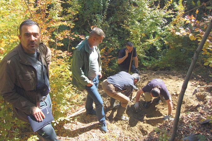 Istoričar Goran Davidović, predsednik Komisije za pronalaženje tajnih grobnica u Čačku, s ekipom u Pridvorici (Foto: G. Otašević)