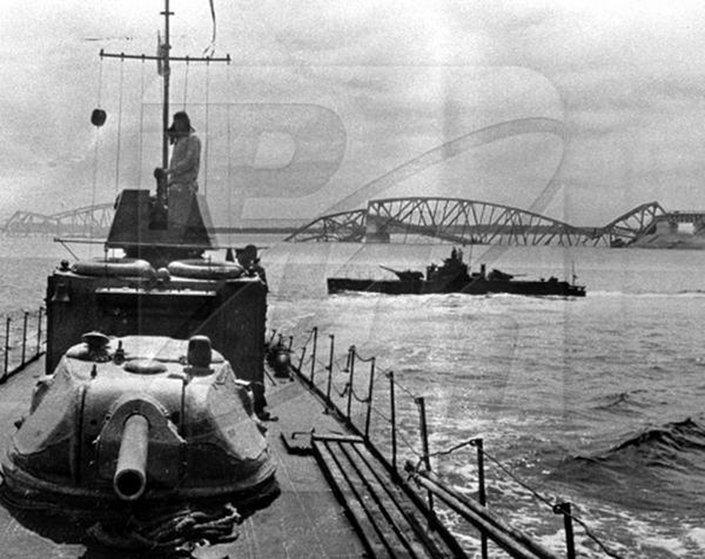 Ekskluzivna fotografija ruskih čamaca kod srušenog Pančevačkog mosta. Sovjeti su u pokretu dejstvovali po nemačkim vojnicima koji su bili i na ruševini mosta. Foto: Sputnjik
