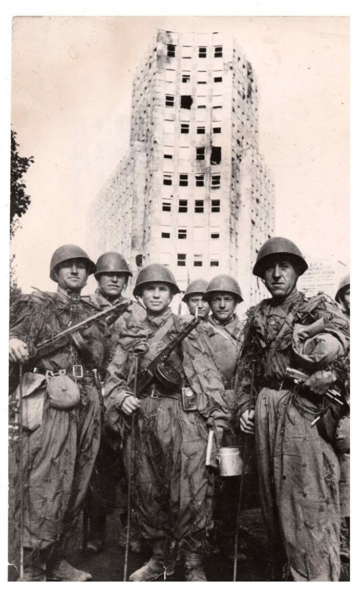 Sovjeti ispred palate Albanija 1944. godine. Uniforme otkrivaju da su prešli težak put do oslobođenja Beograda, ali se nisu zaustavili, do konačne pobede nad zlom u Berlinu. © FOTO: PRIVATNA ARHIVA - SINIŠA ZIDAREVIĆ