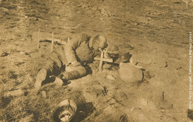 Srpski oficir na grobu sina jedinca na Kajmakčalanu