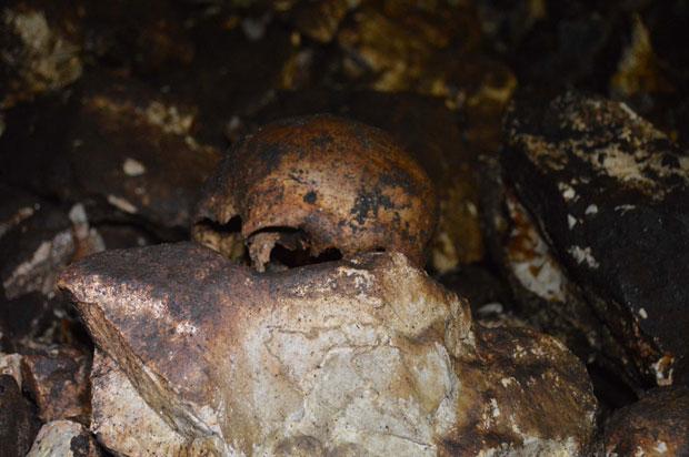 Kosti stradalih na dnu jame