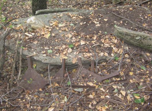 Slika 9. Ostaci zarđalih i polomljenih krstača, bez obeležja – Lokacija Skočivir