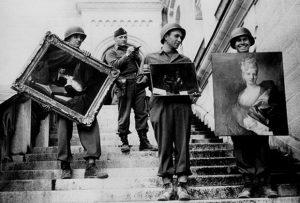 Američki vojnici sa slikama oduzetim od nacista