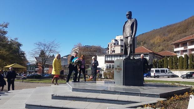 foto Alem Rovčanin, Polaganje venca predsednika opštine Radosava Vasiljevića na spomenik Petru Bojoviću