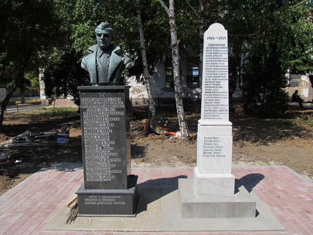 Dva spomenika krase militarsko selo Foto ZZSK