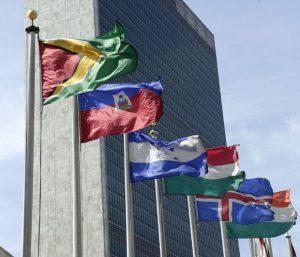 Razlike Zastave nekih od 193 zemlje ispred zgrade UN u Njujorku