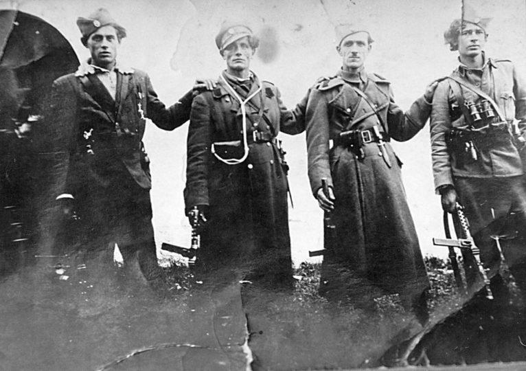 Četnici Motajičke brigade. Slikano kod ilovske crkve 1944. godine. S lijeva na desno: Milutin Milinković, komandir 2. čete 4. bataljona, Danil Nedić, komandir 1. čete 4. bataljona, Petar Nedić, komandant 4. bataljona i Boško Simić, komandir 3. čete 4. bataljona.